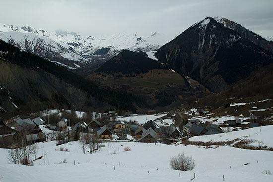 montagne-savoie-sous-neige-et-village-arvan chalmieu