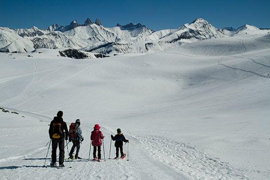 randonneurs-raquette-a-neige-avec-enfants-en-savoie