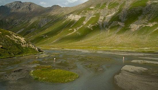 lac-du-goleon-avec-enfant-randonneur-oisans-alpes