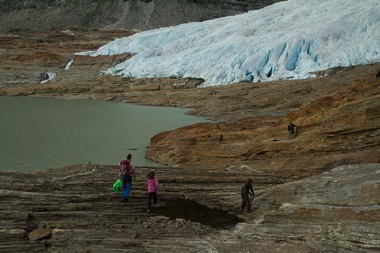 randonneurs-enfants-glacier-svartisen-norvège
