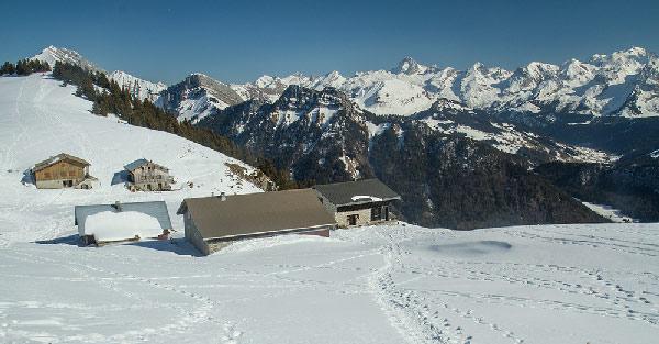 randonneur-raquette-chalets-des-auges-plateau-des-glières-hiver