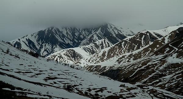montagne-sous-neige-et-nuages-Oisans