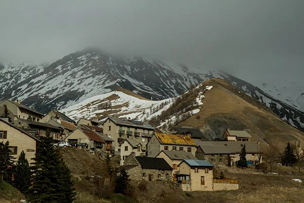 village-en-hiver-Oisans alpes