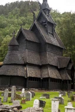église-en-bois-debout-de-Borgund-Norvège-avec-enfants-en-famille