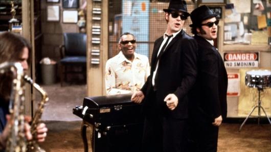 Os Blues Brothers a cantarem, juntamente com Ray Charles.