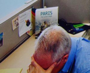 """Lustiges Detail: Auf Mark Schneiders Schreibtisch die Schachtel mit der Aufschrift """"Paris - The Great Saga"""""""