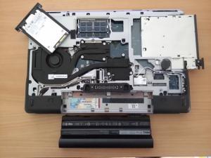 Festplatte und DVD-Laufwerk in der Schublade, schnell zugängliche Steckplätze: Die Dell M2800 von unten.