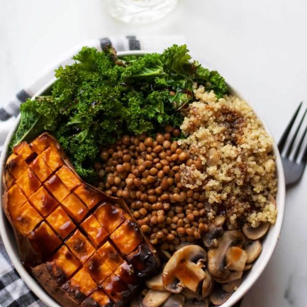 Lun quinoa bowl med linser, grønt og hoisin sauce