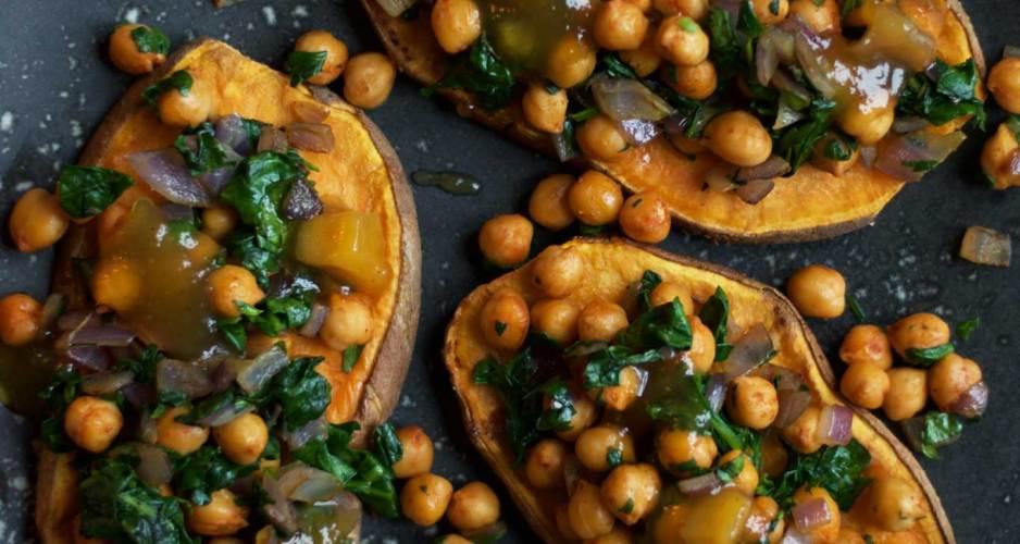 Sød kartoffelskiver med spinat, kikærter og mango chutney