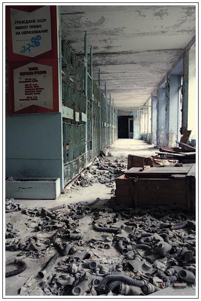 En el interior del edificio de la Escuela. Mira cuántas máscaras de gas!