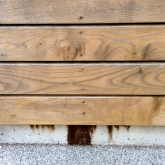 tannin leaching from sweet chestnut cladding onto concrete ringbeam detail