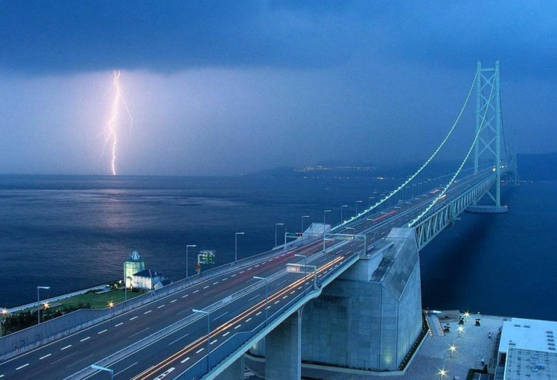 A Ponte Akashi-Kaikyo, localizada no estreito de Akashi, no Japão, é a ponte com o maior vão suspenso do mundo. Seu vão central, entre um pilar e outro é de 1991 metros