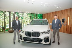 1. (L to R) Sashi Ambi, Head of Corporate Communications of BMW Group Malaysia_ Harald Hoelzl, Managing Director of BMW Group Malaysia with The New BMW X5 xDrive45e M Sport