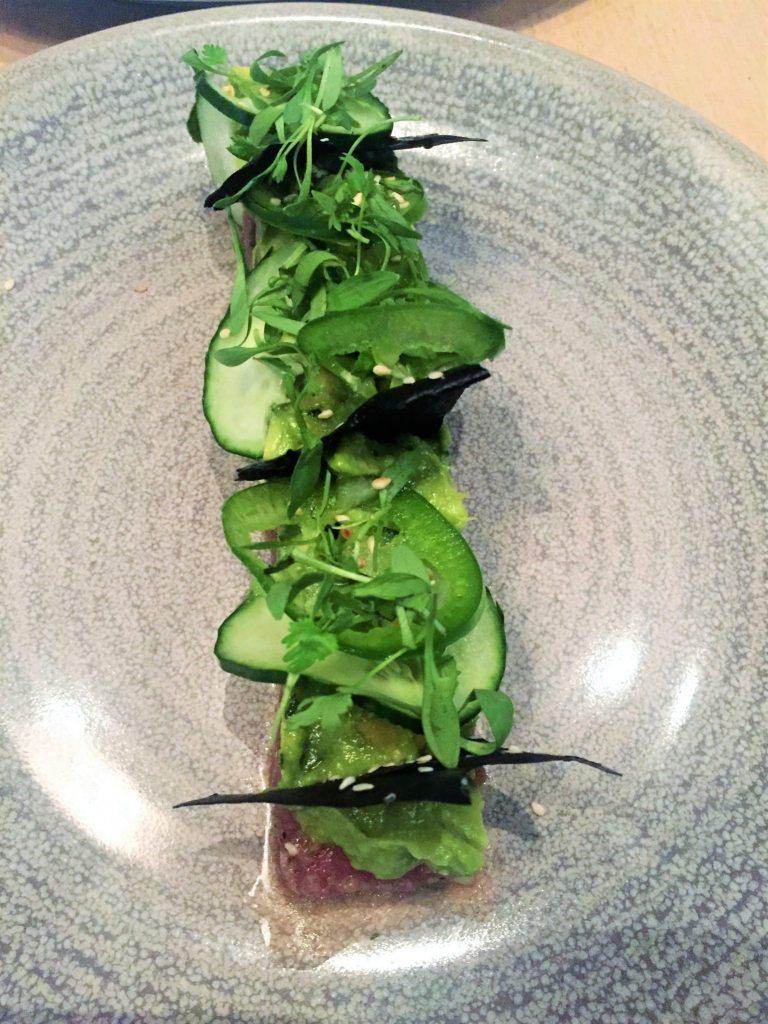 Entrada: Tartar de atum com pepino e abacate. Delicioso!!!