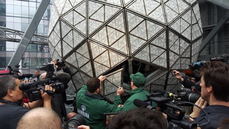 waterford-artisans-build-the-new-years-eve-2016-times-square-ball