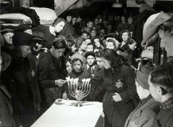 1943 - Luz en la Oscuridad - Janucá en el Holocausto - Enlace Judío México