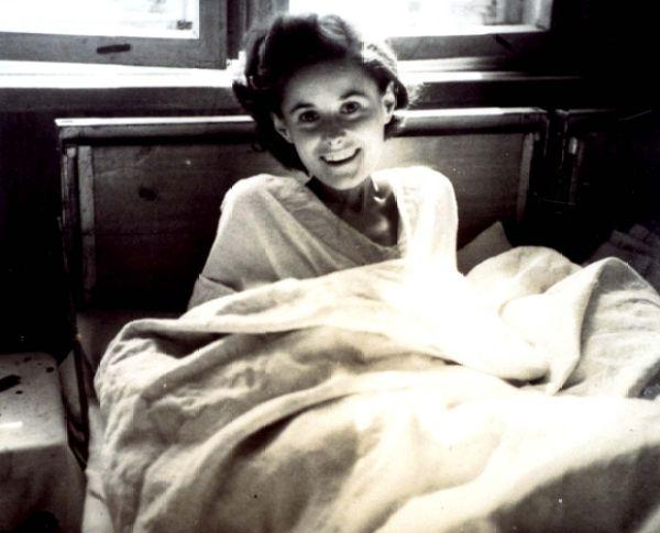 1945 - Una belleza liberada - Mujer Holocausto - Enlace Judío México