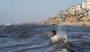 pescador gazano en playa Mediterráneo frnte Campo Refugiados Shati en Ciudad Gaza 26 junio 2014 AP