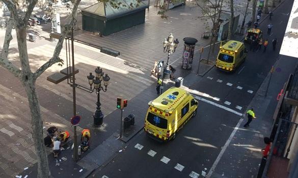 ACTUALIZACIÓN / Furgoneta atropella a decenas en Barcelona, al menos 13 muertos y 100 heridos; policía confirma que fue un ataque terrorista