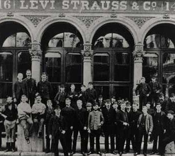 1853 LEVI STRAUSS & CO. Levi Strauss, nacido en Baviera, se trasladó durante la Fiebre del oro a San Francisco para abrir un negocio: vendía ropa, botas y otros artículos a las pequeñas tiendas del oeste americano.