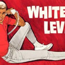 1961 LOS CHICOS DE AHORA Las nuevas siluetas de la década de 1960, más delgadas, inspiran los Slim Fit, unos pantalones de sarga de cinco bolsillos para chicos jóvenes. Los adolescentes les llaman los Levi's® blancos, porque nadie sabe cómo llamar a unos vaqueros que no sean azules.