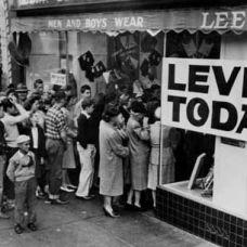 1989 MIRANDO HACIA EL FUTURO, SIN OLVIDAR EL PASADO La historia de más de 150 años de la empresa queda contenida en los archivos de Levi Strauss & Co. ubicados en la sede de San Francisco.