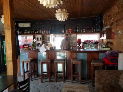 El interior de la pequeña barra de jazz kosher en Oradea. (Yaakov Schwartz / Times of Israel)