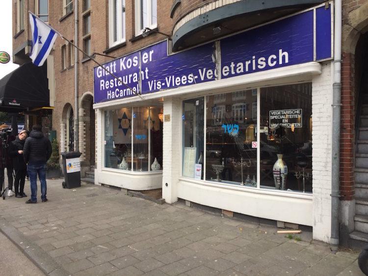 VIDEO / Con bandera palestina sujeto ataca restaurante judío en Holanda
