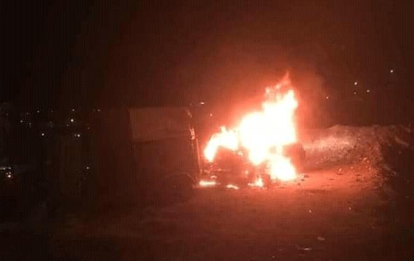 Turba palestina ataca a israelí y quema su automóvil