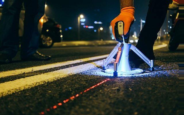La autopista de Tel Aviv prueba balizas inteligentes para alertar sobre peligros y tráfico