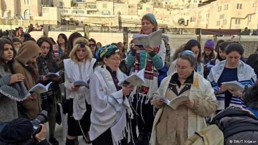 Mujeres judías que reclaman rezo igualitario oran en Muro de Lamentos ante protestas