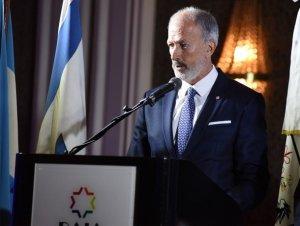 Close up del presidente de la DAIA Gustavo Szpigiel en un estrado