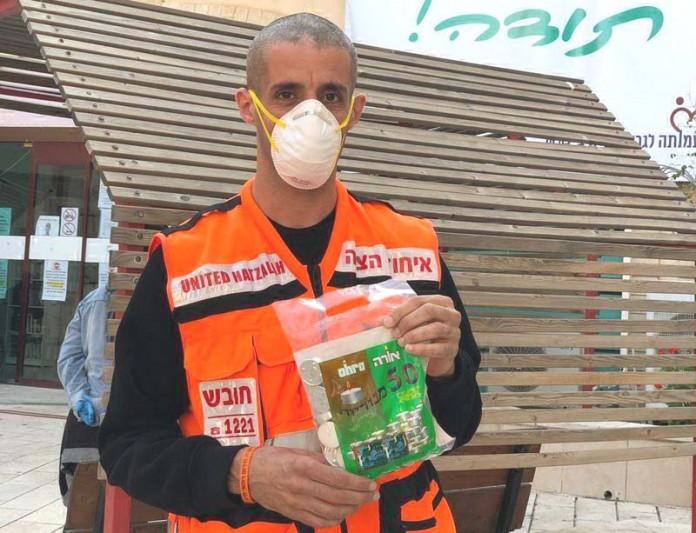 Una anciana jaredí en cuarentena por coronavirus no habría podido encender las velas de Pésaj de no haber sido por la ayuda de un residente musulmán