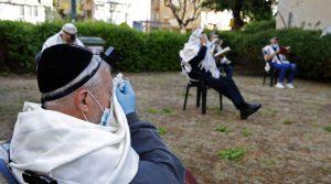 En muchas grandes comunidades judías en todo el mundo, el coronavirus todavía está causando estragos terribles, el número de muertos es de miles