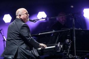 The Piano Man, Billy Joel fue captado tocando un piano abandonado en Long Island en un vídeo grabado con un teléfono celular y publicado en YouTube