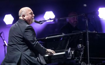 The Piano Man, Billy Joel fue captado tocando un piano abandonado en Long Island en un vídeo grabado con un teléfono celular y publicado en YouTube