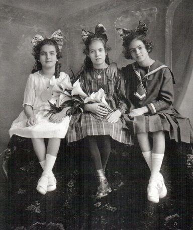 Frida con sus hermanas