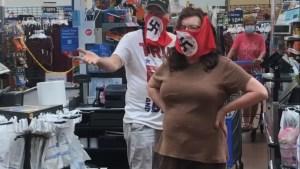 Un vídeo donde un hombre y una mujer usando cubrebocas con esvástica mientras compran en un Walmart en Minnesota fue difundido en Facebook por Raphaela Mueller.