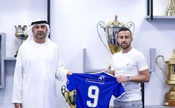 El futbolista Diaa Sabia posa junto a la camiseta de su nuevo equipo de Emiratos Árabes Unidos