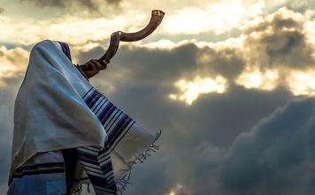"""La mitzvá no es tocar el shofar, sino escucharlo. A cada judío se le ordena escuchar """"kol shofar"""", la voz del shofar. El shofar es una lección de escucha."""