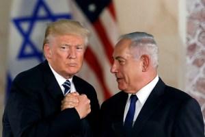 Donald Trump y Benjamín Netanyahu estrechando la mano