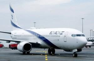avión blanco de El Al en pista visto desde su costado derecho, con la insignia de la compañía en azul