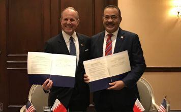El funcionario estadounidense Elan Carr y el Dr. Jalid bin Jalifa al Jalifa de Baréin