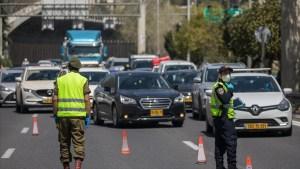 Dos policías frente al tránsito en una avenida de Israel durante su confinamiento por COVID-19