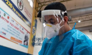 Laboratorista israelí manipula material de una prueba para coronavirus