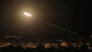 Imagen de un proyectil disparado desde la Franja de Gaza con dirección a Israel