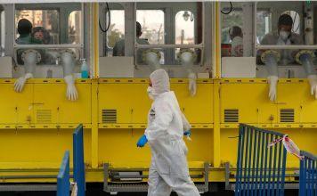 Laboratorista camina afuera de una estación de pruebas de coronavirus en Israel