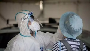 Laboratorista israelí toma una muestra nasofaringea de una persona para realizar una prueba de coronavirus