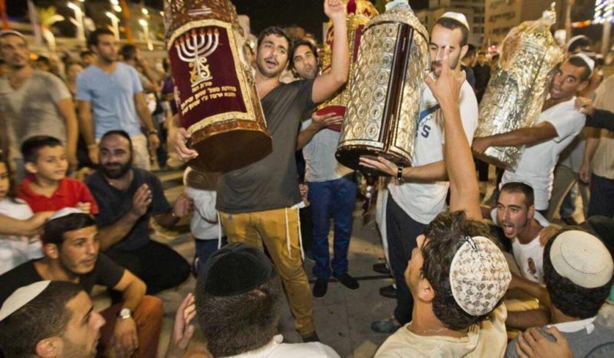 """Simjat Torá significa """"alegría de la Torá"""" y la fiesta muestra un estado de ánimo de singular regocijo para expresar la unción del pueblo judío por la Torá"""