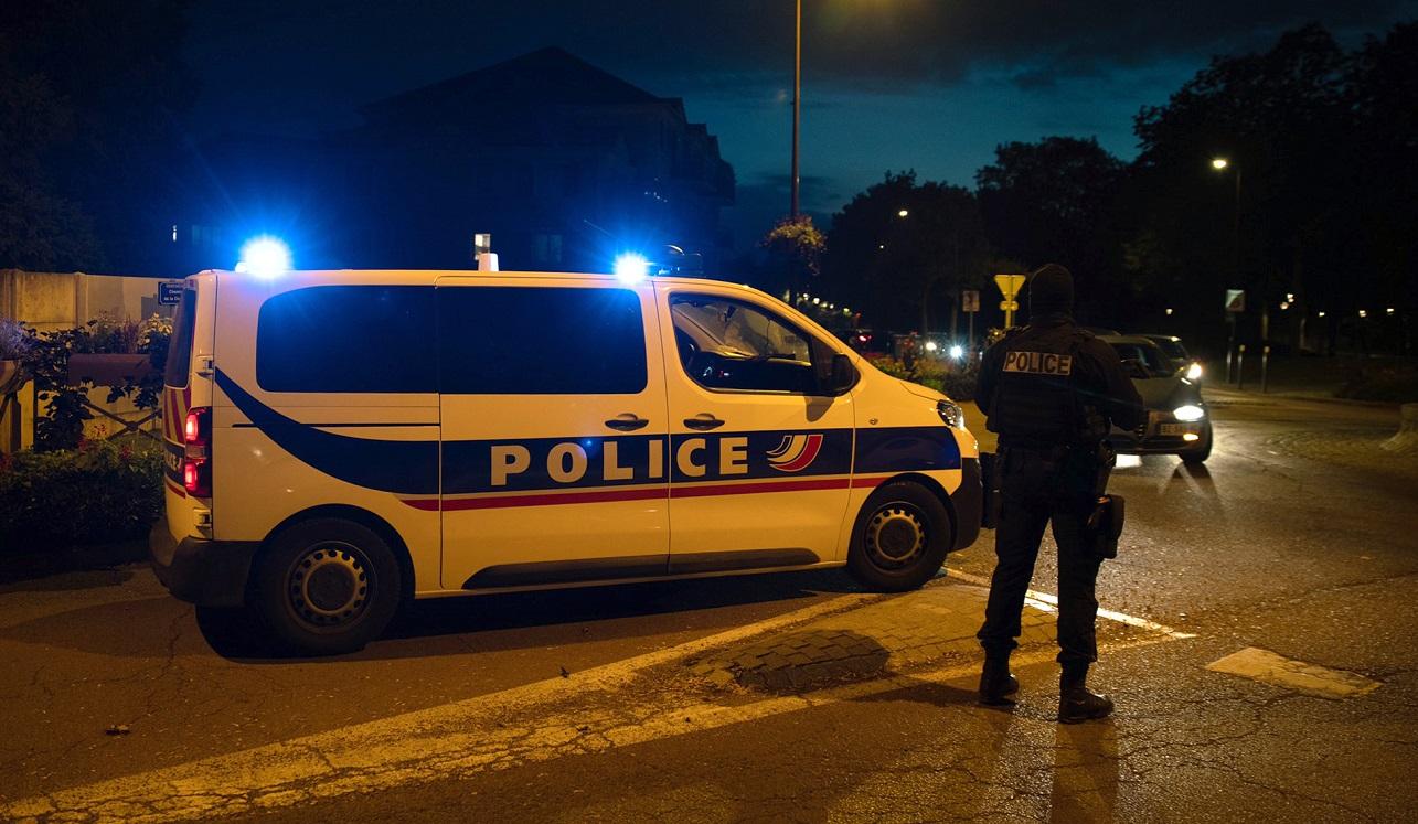 Patrulla de la policía de Francia en Conflans Sainte Honorine, localidad que visitó Emmanuel Macron tras un presunto ataque terrorista